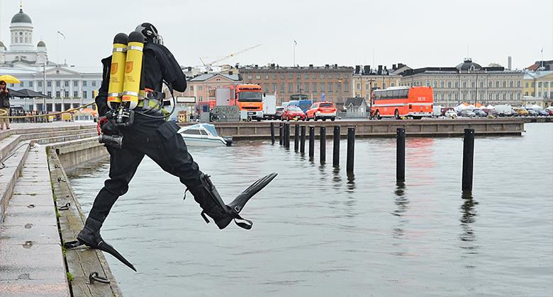 Helsinkiin suunnitteilla kymmeniä uusia pelastajan virkoja – palomiehet edellyttävät palkkojen korjaamista