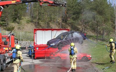 Kentällä kehitetään: Ratkaisu sähköauton sammuttamiseen