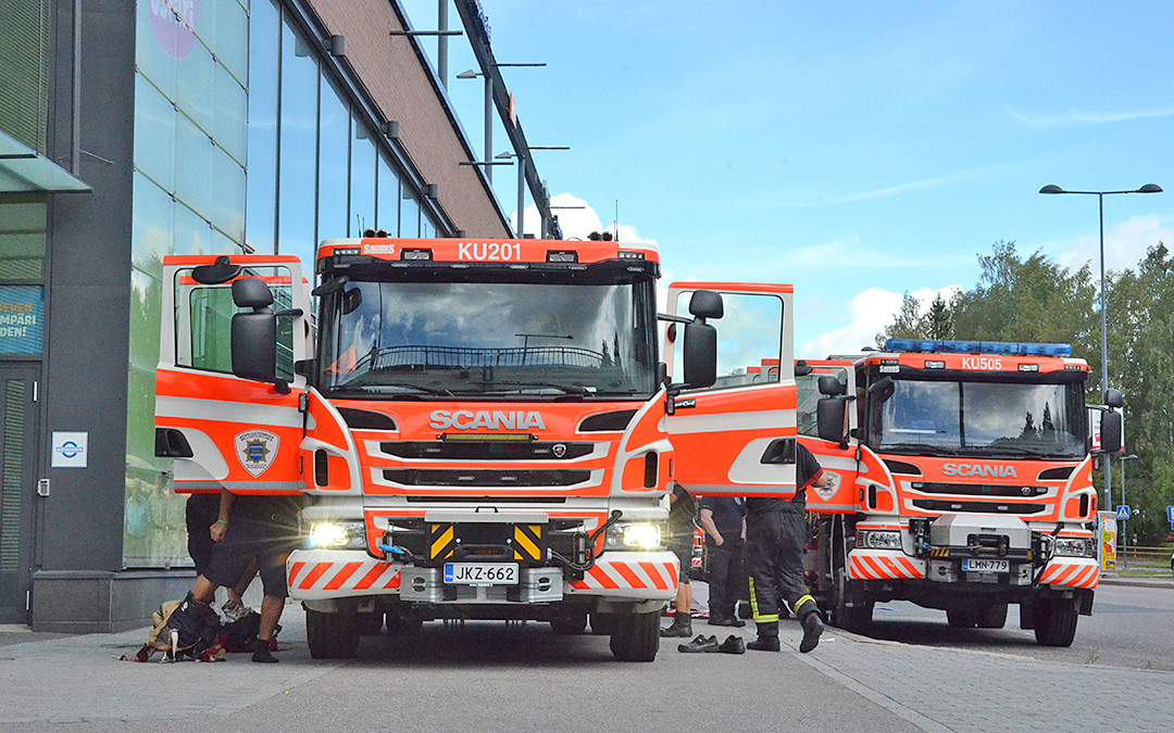 Keski-Uudenmaan pelastuslaitoksen paloautoja ja palomiehiä harjoituksessa