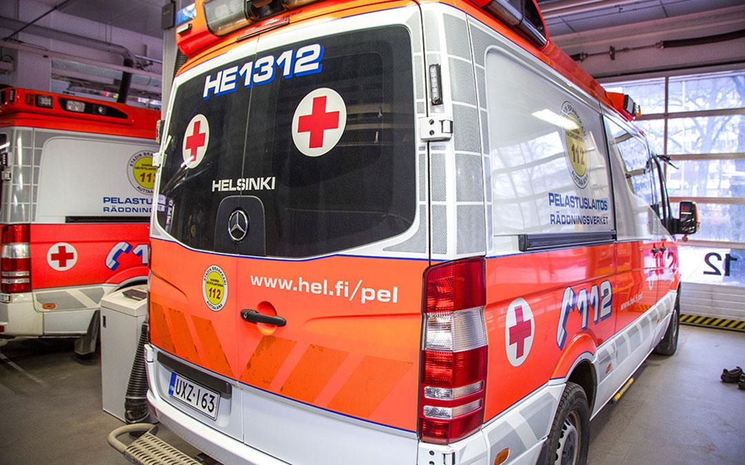 Helsingin kaupungin pelastuslaitoksen ambulansseja Kallion keskuspelastusasemalla.