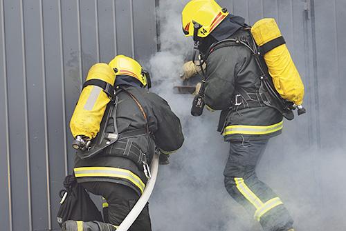 Palomiehiä harjoittelemassa savusukellusta.